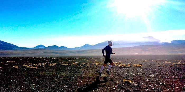 Deportista extremo cruza el Desierto de Atacama por una noble causa