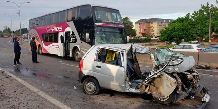 Dos muertos tras colisión frontal entre un automóvil y bus