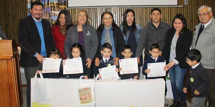 Entregan rincón de juegos a 22 niños de establecimientos educacionales municipales de Paredones