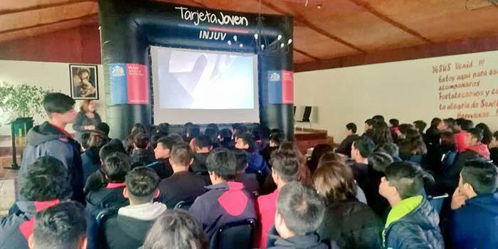 Jóvenes de la escuela Don Gregorio de Chimbarongo disfrutaron del cine itinerante