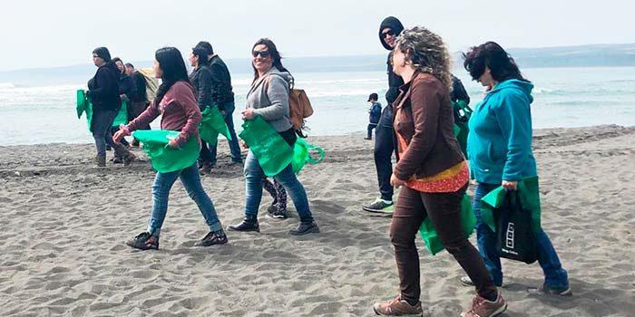 Jueces y funcionarios de juzgado de Pichilemu desarrollan actividad ecológica en playas de la zona