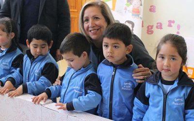 Niños de prekinder de escuelas de Pumanque reciben el Rincón de Juegos