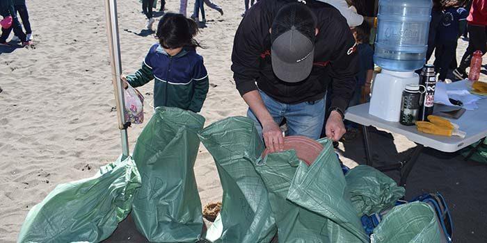 Seremi del Medio Ambiente de la Región participa de exitosa limpieza de playas y costas en Pichilemu