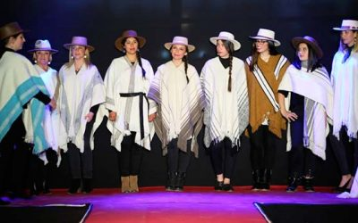Tejedoras exhiben sus productos hechos con lana Merino en exitoso desfile de modas