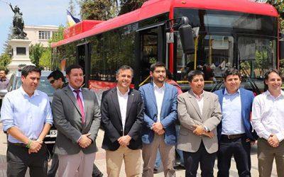 Intendente llega a Plaza de Los Héroes en el primer bus eléctrico de la región