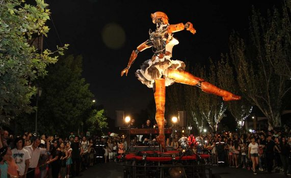 Muñeca gigante recorre calles de Rancagua
