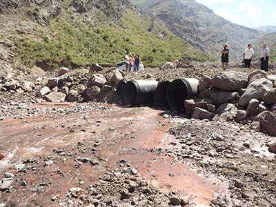Reparación con tubos de las aguas que cruzan el camino