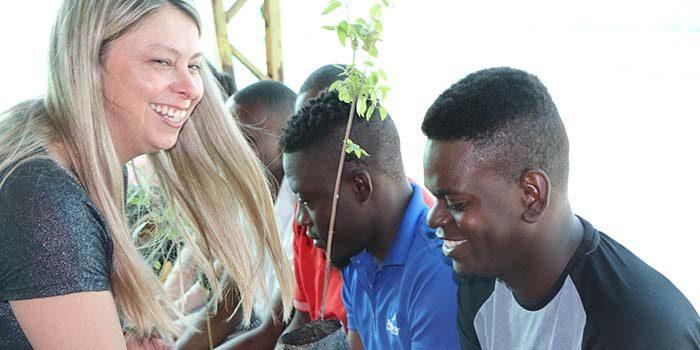Agrícola de Requínoa y autoridades realizan capacitación a trabajadores haitianos