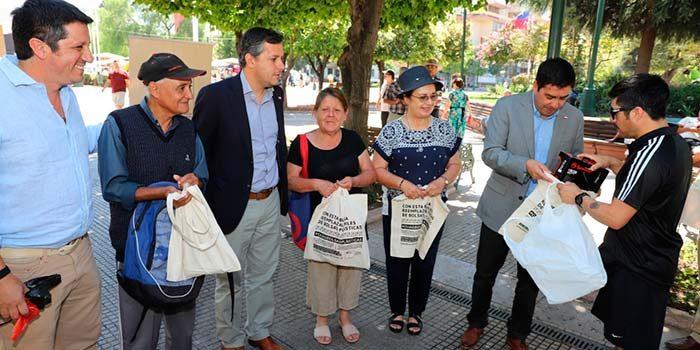 Autoridades obsequian bolsas reutilizables a pocos días de entrada en vigencia de nueva ley