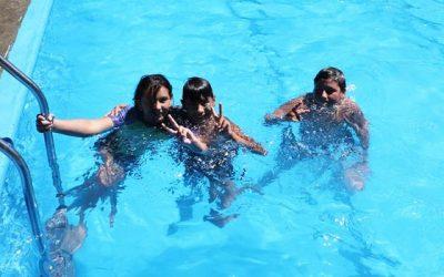 Niños del programa Abriendo Caminos despiden vacaciones en piscina municipal de Guacarhue