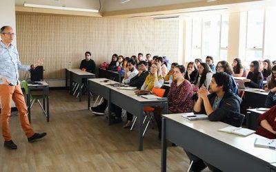 Académico francés expone investigación sobre efecto de tamaño de clases en la enseñanza de estudiantes