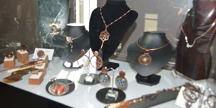 Exposición es de joyería en cobre exhibe el talento de alumnos formados en curso de la Escuela de Orfebres de Coya