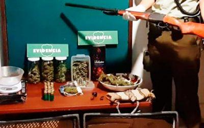 carabineros Fueron por violencia intrafamiliar y se encuentran con drogas, arma de fuego y municiones