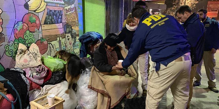 Detectives de Rancagua ayudan a personas en situación de calle