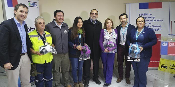 Hospital de San Vicente firma compromiso con la convivencia vial y funcionarios reciben cascos para bicicletas
