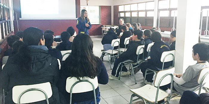 Senda Previene Pichilemu junto a la PDI dictan charla a escuela pueblo de viudas