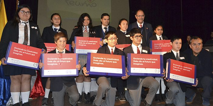 Seremi de Educación entrega computadores a estudiantes de siete escuelas y colegios de Peumo