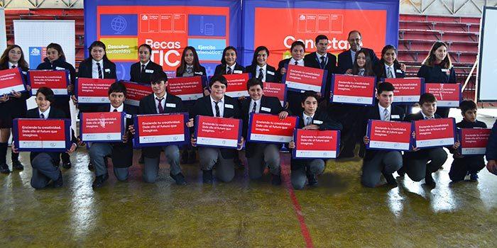 Seremi de Educación junto a Junaeb, entregan 214 computadores a estudiantes de Doñihue