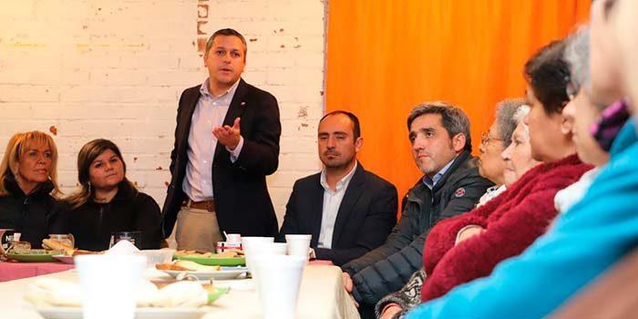 Intendente se reúne con vecinos de Los Lingues de San Fernando y anuncia mejoramiento de sus viviendas