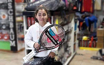 Talentosa tenista rancagüina recibe nueva implementación para continuar su desarrollo