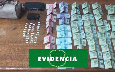 Sorprenden a dos sujetos comercializando droga en plena vía pública