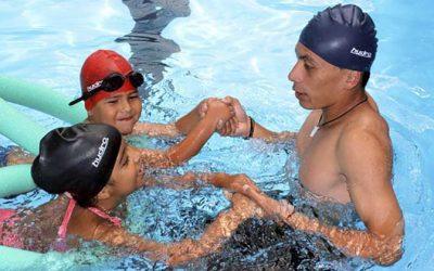 Ministerio del deporte enseña natación gratuitamente a los niños