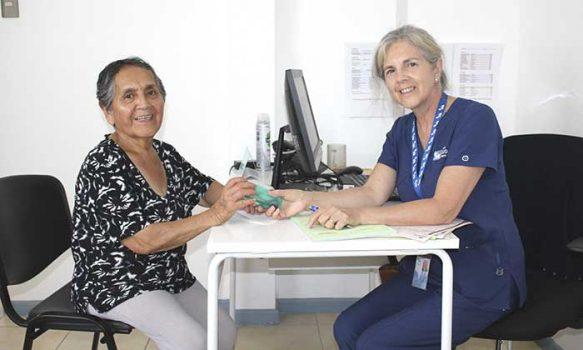 Salud Machalí entrega de lentes de presbicia para mejorar visión de usuarios adultos mayores