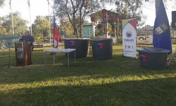 Alcalde de Rengo y la Onemi entregan 20 estanques para familias