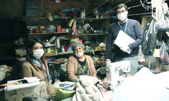 COVID-19: Dirigentes sociales fabrican mascarillas para personal de salud