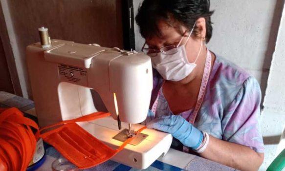 Mujeres granerinas lideran taller textil que confecciona mascarillas