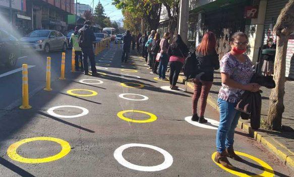 Municipalidad de Rancagua crea intervención en calles que demarca el espacio personal en filas