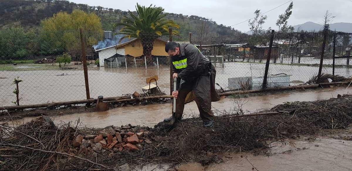 Desde la madrugada Carabineros realiza una intensa labor social por las lluvias