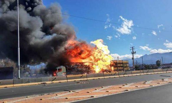 Camión con cilindros de gas se incendia en la entrada a Rancagua