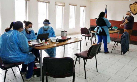 Hospital de Lolol realiza toma de PCR en Compañía de Bomberos