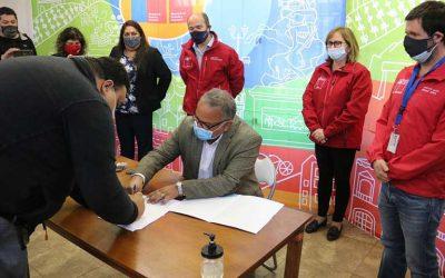 Intendenta y subsecretario del Minvu acompañaron a familias de la Villa Nueva Cordillera en la firma de sus escrituras
