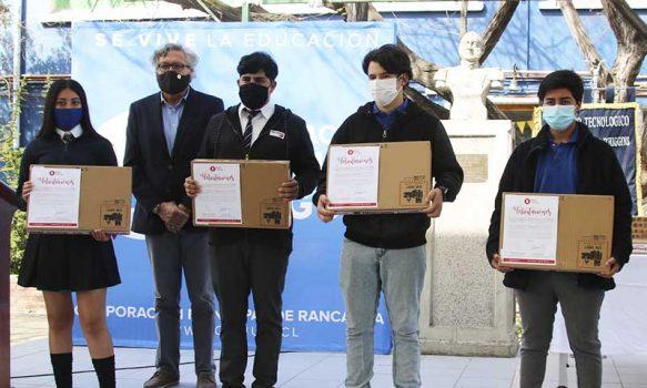 Alcalde realiza entrega de notebooks para alumnos beneficiados que no contaban con esta herramienta educativa durante pandemia