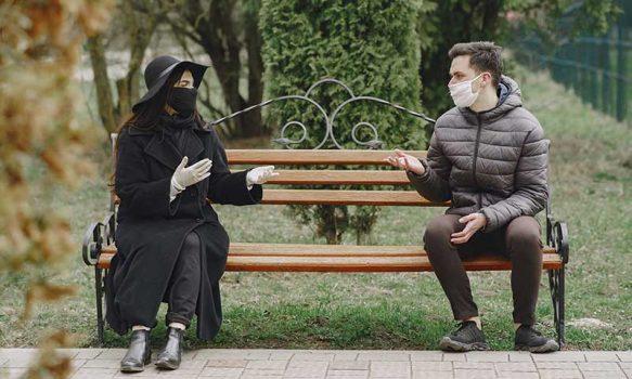 Cinco consejos para hablar con mascarilla a una persona con problemas de audición