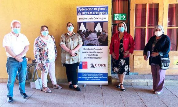 Adultos mayores de Pumanque reciben beneficios del área de la salud en ruta social