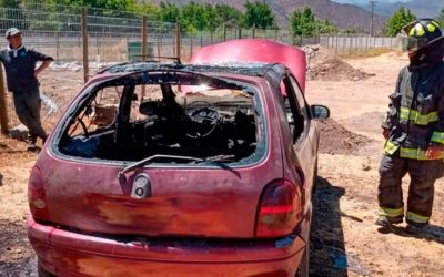 Los Lirios: Se incendia vehículo menor