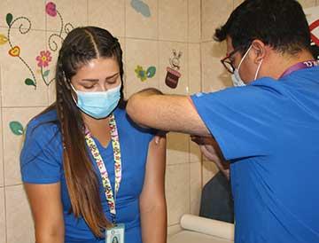 Funcionarios de salud primaria municipal de Rancagua reciben primeras dosis de la vacuna contra el coronavirus