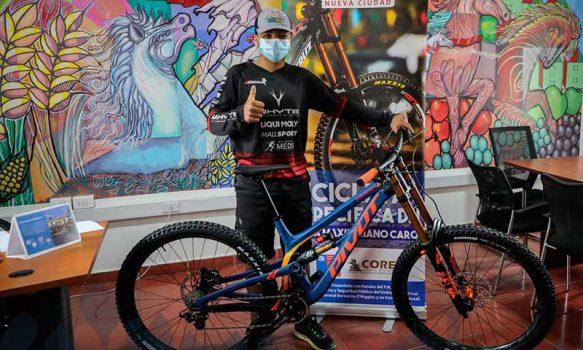 Deportista de mountain bike recibe implementación deportiva