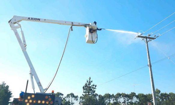 CGE realiza mantenimiento en más de 3.600 estructuras eléctricas en Pichilemu, Navidad y Paredones