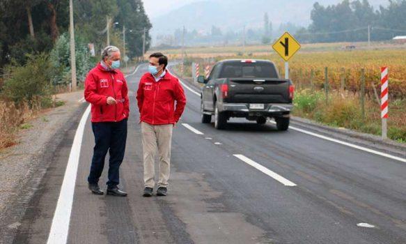 Gobernador de Colchagua y Seremi de Obras Públicas revisaron el término de obras de pavimentación de camino rural en Los Lingues