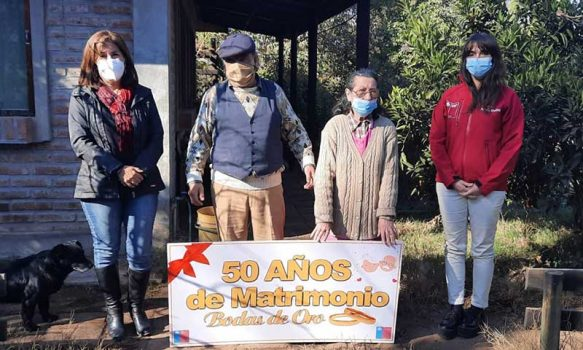 """Autoridades entregan bono """"bodas de oro"""" en Machalí y Requínoa"""