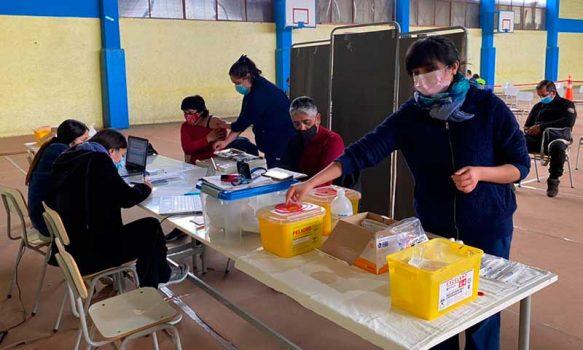 Covid-19: Peumo supera el 80% de vacunados con primera dosis gracias a coordinación entre hospital y municipio
