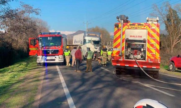 Carabineros ayuda en colisión entre camiones en Malloa