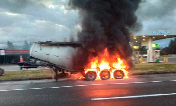 Carabineros investiga causas del incendio que afectó a camión en Rosario