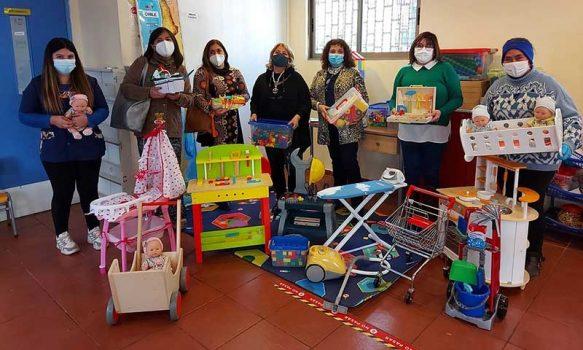Directora de Educación Municipal, Miroslava Garrido, realiza entrega de juguetes didácticos a colegios