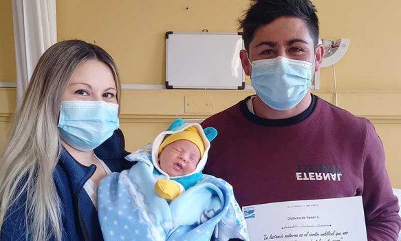 Madres y sus recién nacidos reciben diplomas por fomentar la lactancia materna