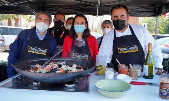 Con cocina en vivo y cuecas, Indap inauguró nuevo mercado campesino